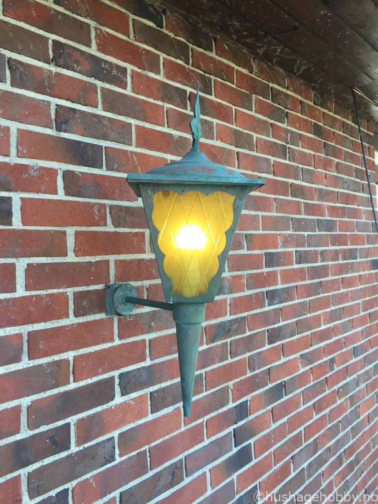 Lampe før den behandles ved inngangsparti