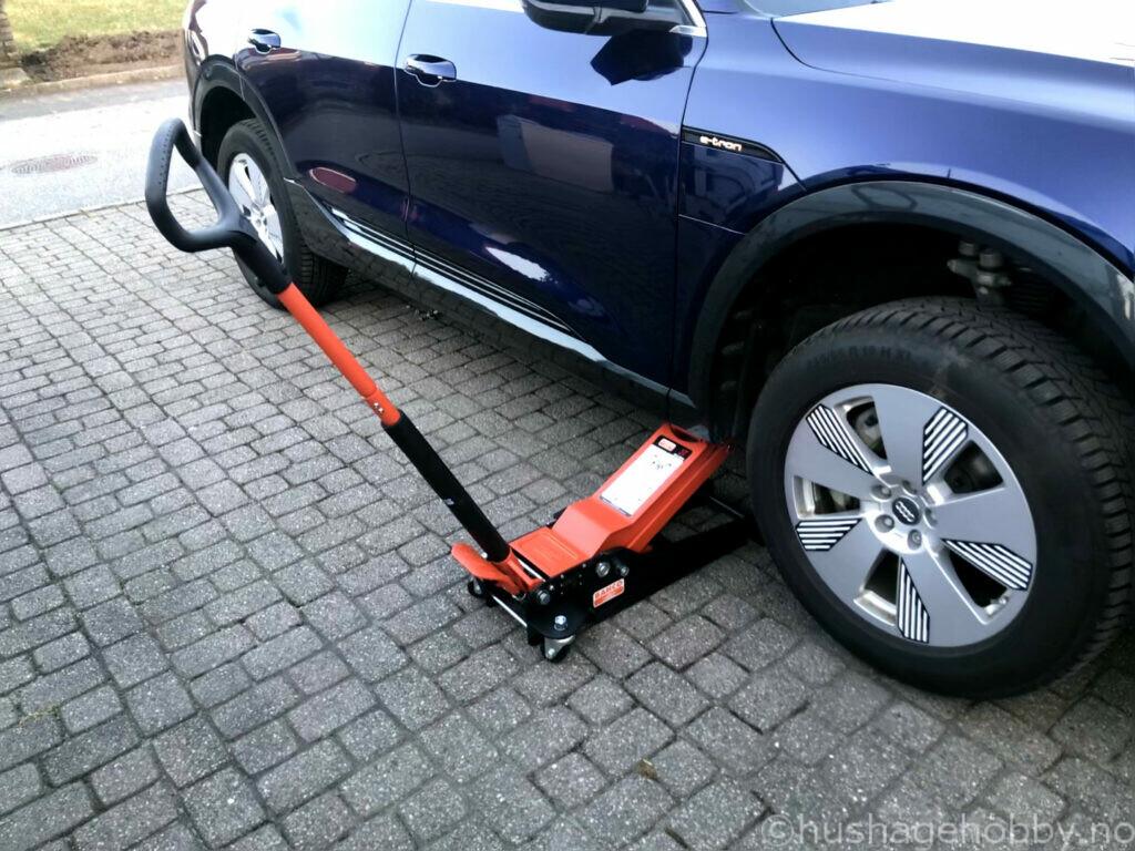 Garasjejekk som løfter Audi E-tron