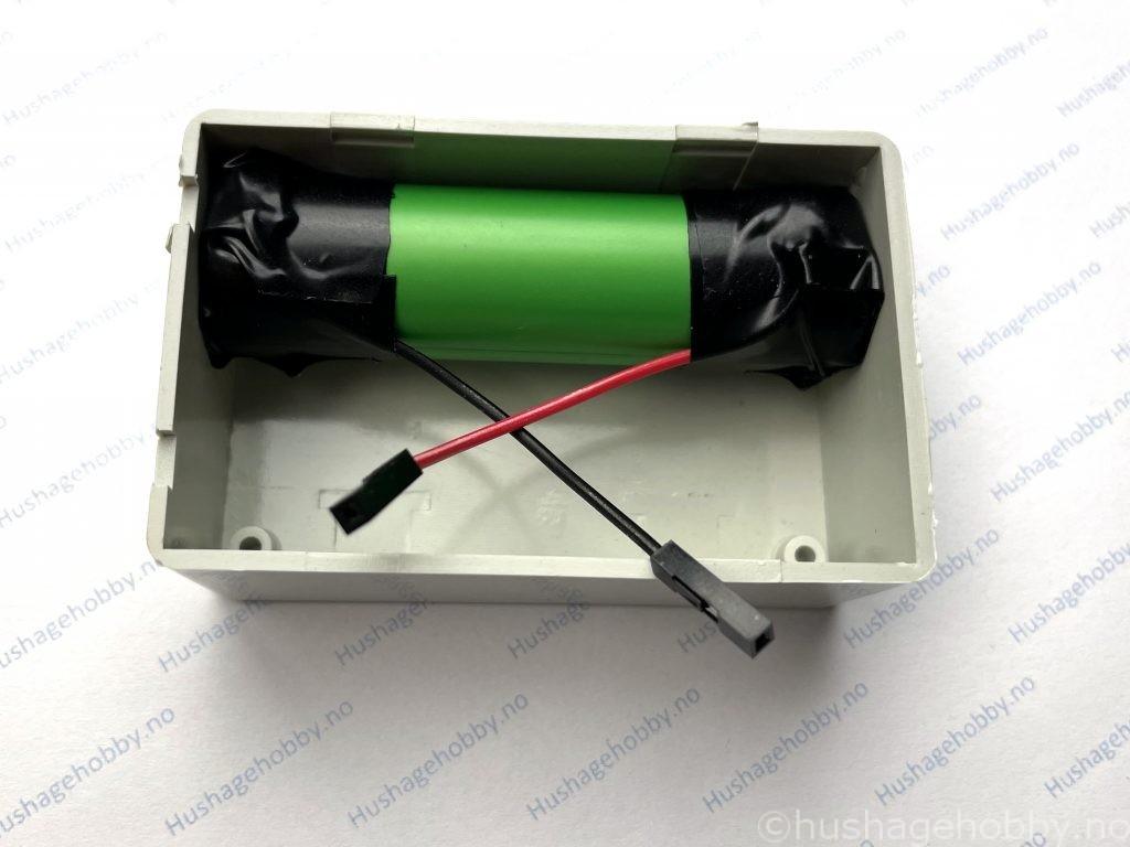 Batteriet installert i lokket til fuktmåler